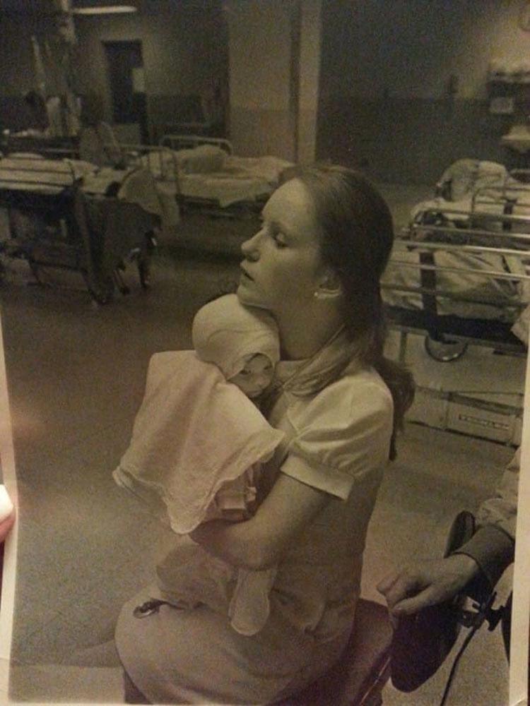 En 1977, una enfermera cuida a un bebé quemado... 38 años después no esperaba esto 3