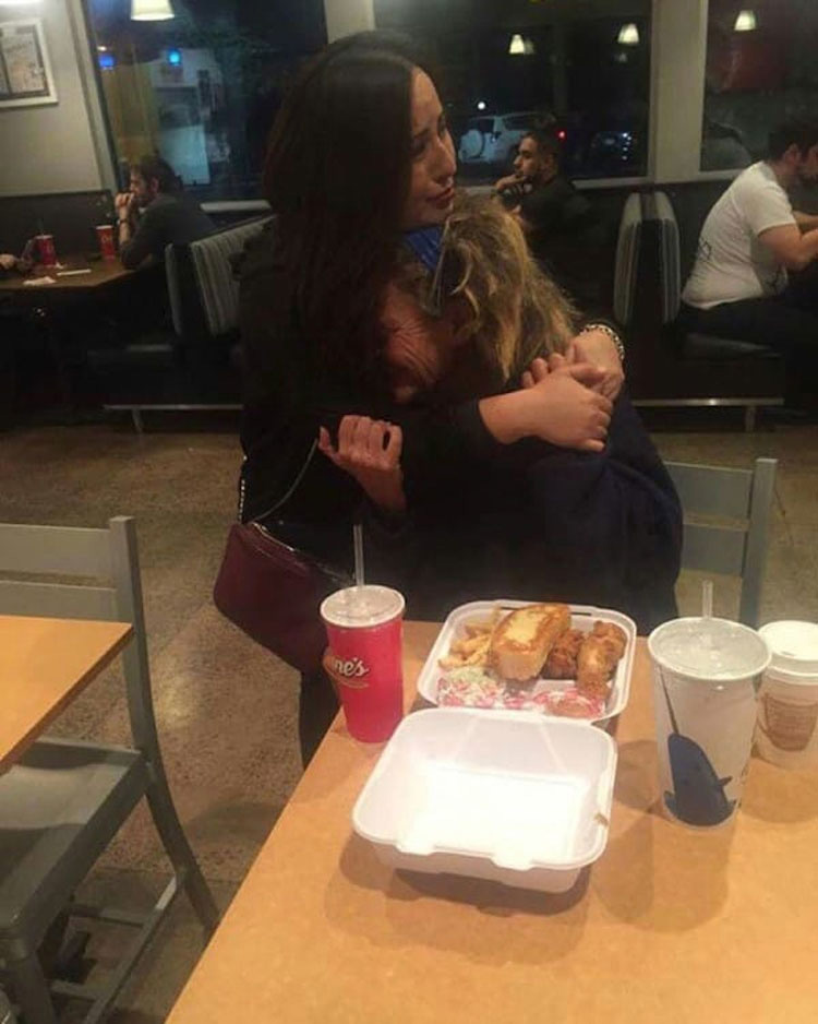 Captó a una mujer sin hogar haciendo esto a su novia, ahora se ha hecho viral...