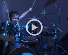 Con sólo cinco años ésta niña se sienta frente a una batería. Empieza a sonar Van Halen y... ¡¿QUÉ?!