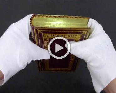 Este bibliotecario dobla las páginas de un libro antiguo para revelar un SECRETO OCULTO