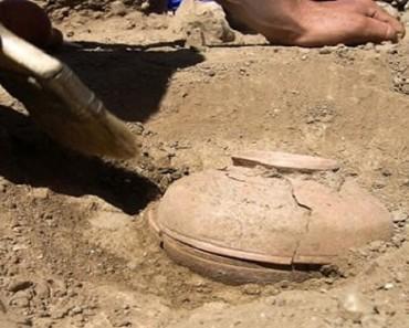 Arqueólogos desentierran una vasija de 800 años. ¿Qué encontraron dentro? ¡Increíble!