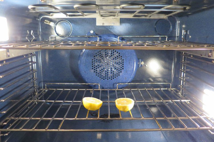 Pone 2 mitades de un limón en el horno. Nunca habría pensado e hacer esto, ¡pero es muy inteligente!