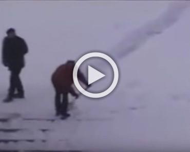 Este portero hace una broma con la nieve caída, el resultado es una brillante comedia