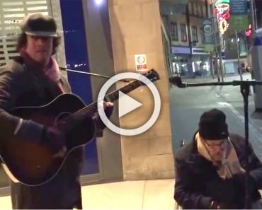 Empezó a tocar la guitarra, pero ATENCIÓN al hombre de la silla de ruedas a su lado