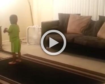 Mamá pilla a su niño haciendo esto en frente a la televisión. Atención a su mano izquierda...