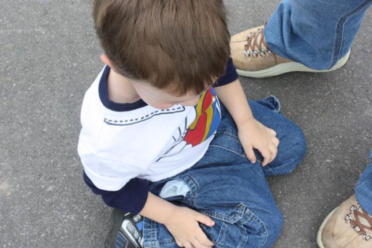 Si ves a niños sentados como este, detenlos - Es más peligroso de lo que parece