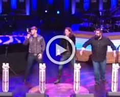 5 chicos cantan una canción legendaria. Atención a lo que hace el de más a la izquierda... ¡Genial!