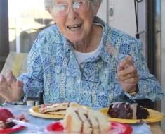 Esta mujer de 90 años niega tratamiento para su cáncer. En su lugar lo que hace es BRILLANTE