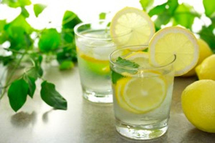 Esto es lo que sucede en tu suerpo si tomas un vaso de agua con limón a primera hora de la mañana