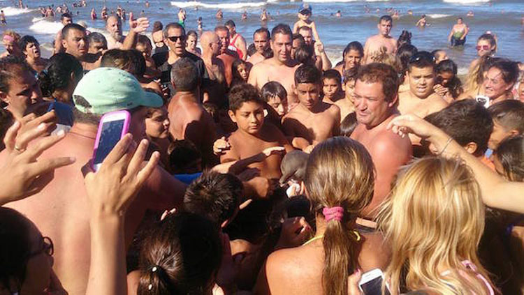 Muere una cría de una especie rara de delfín mientras los bañistas se hacían selfies con ella 4