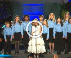 13 niños pequeños se ponen en fila para cantar. Pero ATENCIÓN a la chica de blanco... ¡increíble!