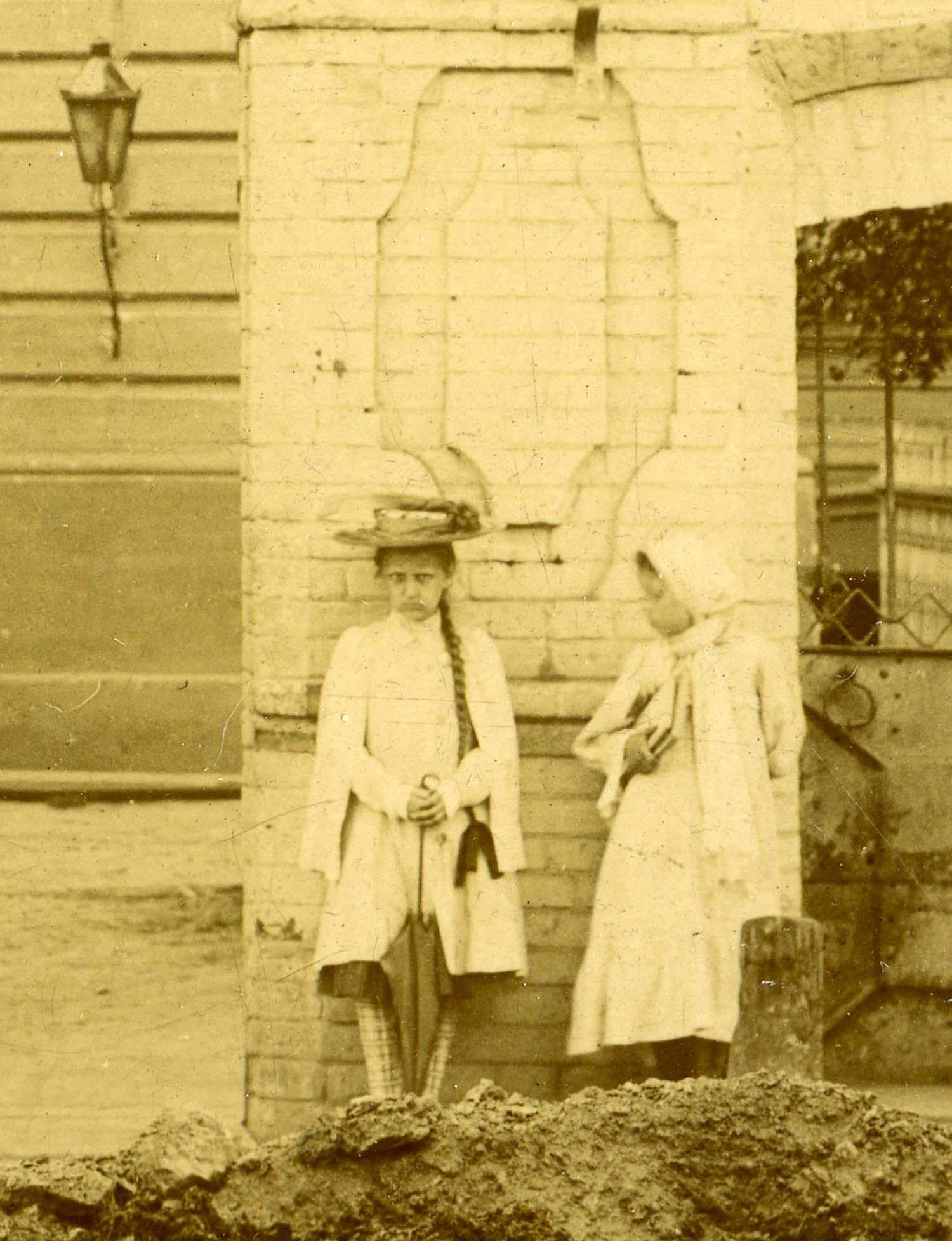 """¿Quién es la """"niña fantasma""""?: El misterio de la chica que aparece en unas fotos tomadas hace 100 años"""
