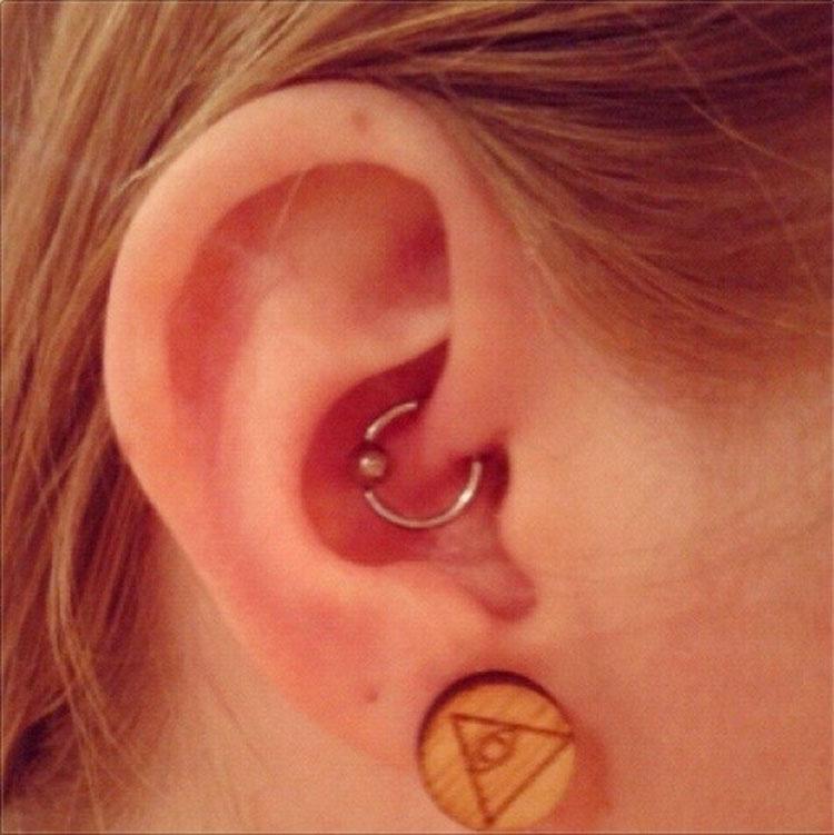 ¿Has visto a alguien con este piercing en la oreja? Esta es la razón por la que se lleva