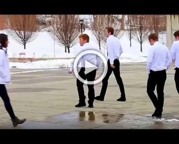 Está chica camina por la calle, ahora ATENCIÓN a los chicos de blanco. ¡Esto es muy divertido!