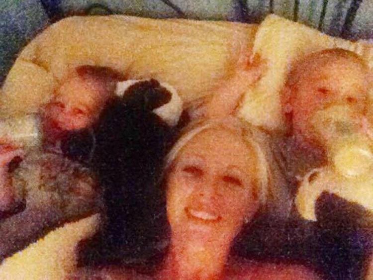 Esta madre tuvo gemelos. 4 años más tarde los mira y avisa de una PASMOSA verdad
