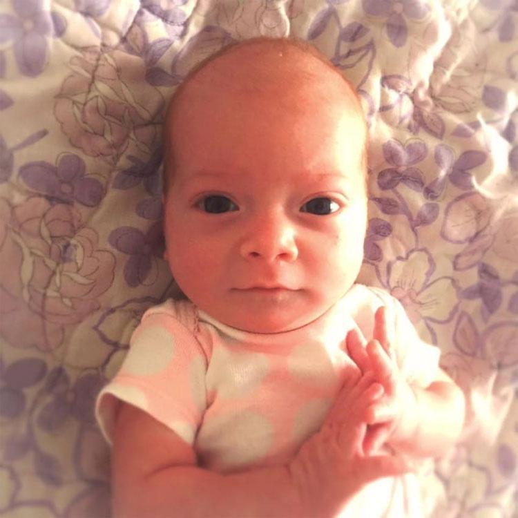 Un bebé tenía fiebre alta y lloraba. Su padre le quita el calcetín y ve esto en el dedo del pie...