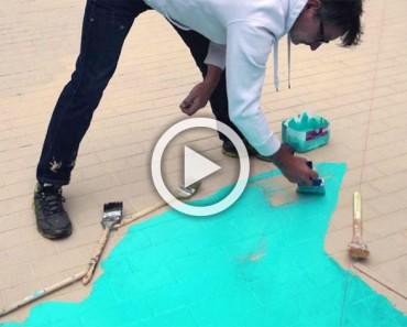 Cubre la acera con pintura azul. ¿Qué hace después? ¡MARAVILLOSO!