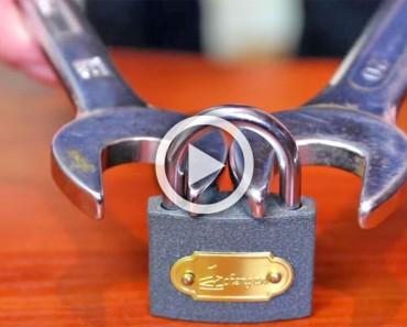Sujeta un candado con 2 llaves. ¿Qué pasa cuando se tira de ellas? ¡Increíble!