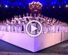 Este enorme coro con ropa blanca eleva sus manos. Pero mira la cara - Increíble
