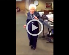 Esta señora de 100 años escuchó la música, se puso de pie y todo el mundo quedó conmocionado