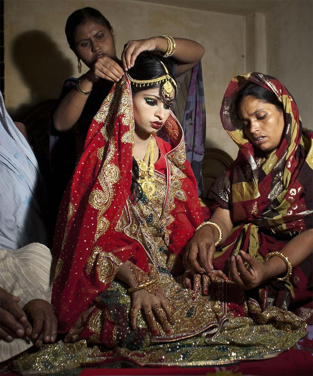 Inquietantes fotos de la novia-niña durante su boda ¿Por qué el mundo no actua?