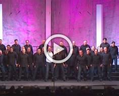 38 chicos cantan una famosa canción, pero ATENCIÓN al hombre de blanco