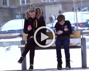 Este niño está bajo un frío de congelación sin una chaqueta. Mira la reacción de la gente