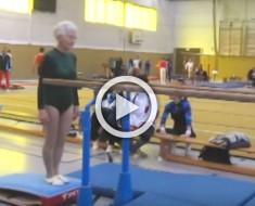 Esta señora de 86 años se sitúa frente a unas paralelas. ATENCIÓN a sus piernas en el minuto 0:10