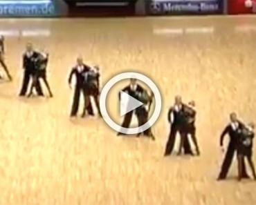 Estos bailarines forman una línea diagonal en la pista. Cuando se separaron me quedé BOQUIABIERTO