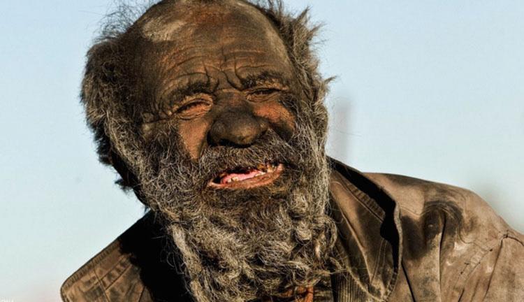 Este hombre no se ha bañado en 60 años... Pero esa no es la parte más inquietante de su historia