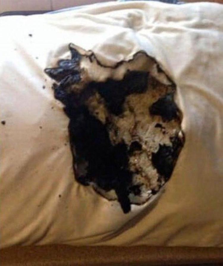 La almohada se incendió mientras dormía. Espera a ver lo que había debajo