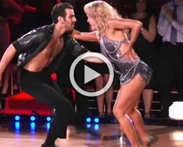 Este bailarín sordo camina hasta el escenario. ¡Cuando la música comienza a sonar es alucinante!