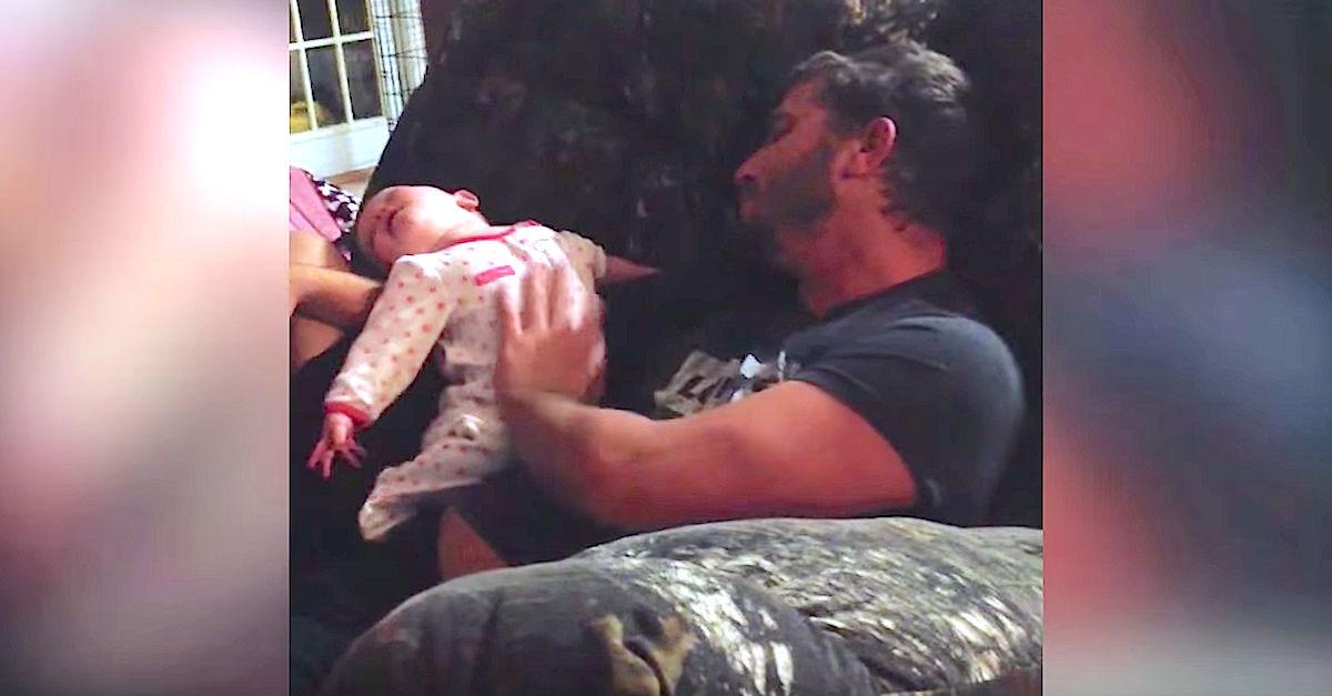 Este padre levantaba a su niña, mamá nunca esperaba captar esto con la cámara