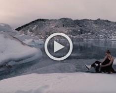 Esta chica sube hasta la cima helada de una montaña para hacer algo NUNCA VISTO ANTES