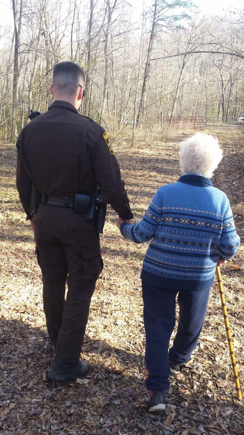 Esta señora de 81 años se perdió en el bosque. 40 minutos más tarde ven que la llevan de la mano