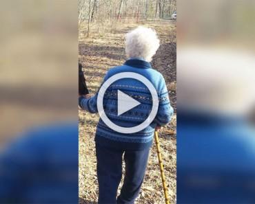 Esta señora de 81 años se perdió en el bosque. 40 minutos más tarde ven que la llevan de la mano 1