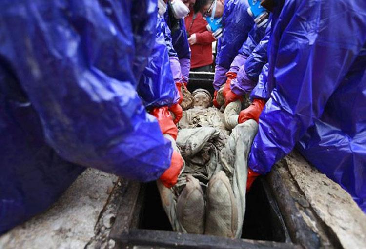 Estos trabajadores encontraron una extraña caja bajo tierra. Mira lo que encontraron cuando la abrieron