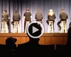 8 percusionistas suben al escenario sin sus instrumentos. ¿Pero cuando se dan la vuelta? ¡Es increíble!