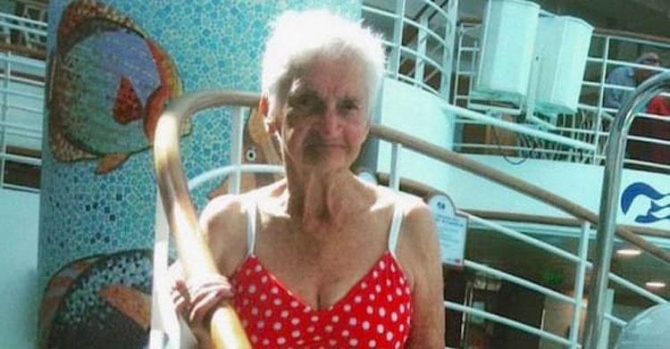 Esta abuela posa para una foto y cuando la gente ve su bañador se hace VIRAL