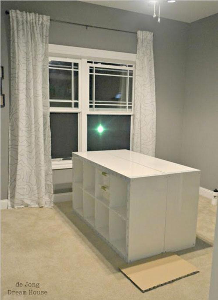 Coloca estantes de IKEA en mitad de esta habitación. ¡La razón es GENIAL!