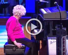 Esta anciana de 98 años interrumpe la actuación de un cantante, pero nadie esperaba ESTO