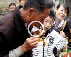 Mira como este hombre hace animales de caramelo simplemente... SOPLANDO