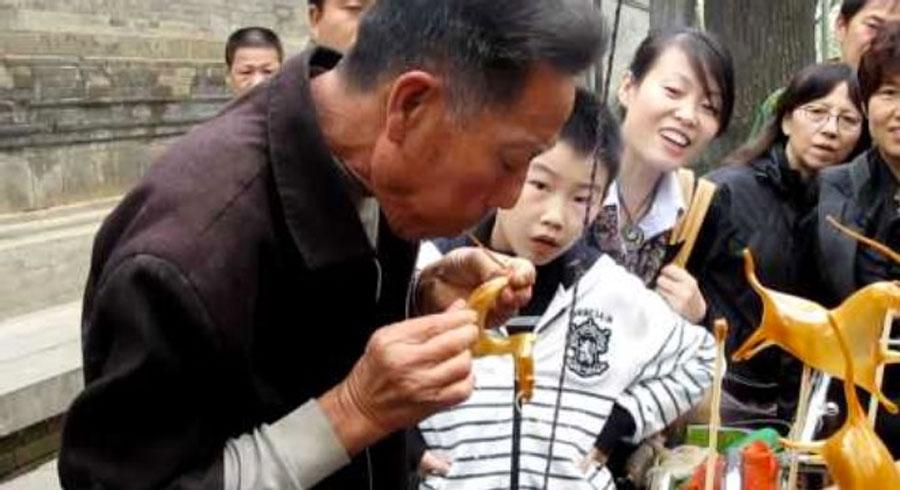 Mira como este hombre hace animales de caramelos simplemente... SOPLANDO