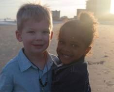 Su hija se encuentra con un niño en la playa. Cuando el niño hace ESTO su madre se quedó sin palabras