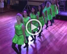 8 damas de honor salen al escenario con vestidos verdes, pon atención a sus pies