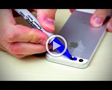 Pinta sobre la cámara de su teléfono con un rotulador azul. ¿La razón? No tenía ni idea