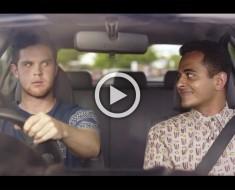 Este tipo recibe un mensaje mientras está conduciendo, lo que su amigo hace me deja SORPRENDIDO