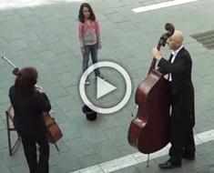 Esta niña se encuentra frente a 2 músicos. Momentos después la multitud se queda aturdida
