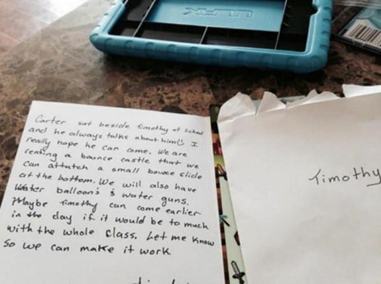 Su hijo llega a casa con una invitación de cumpleaños. Lo que dice hace que su madre llore
