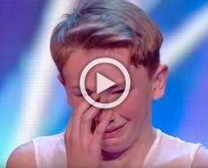 Un niño acosado entra al escenario. Mira la reacción del público cuando rompe a llorar